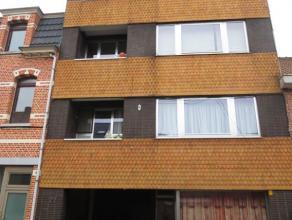 Sint-Niklaas, Klein Hulst 27 bus 4. Centraal gelegen appartement (3e verdiep.) met inkomhal, living, ingerichte keuken met toestellen (elektrisch kook