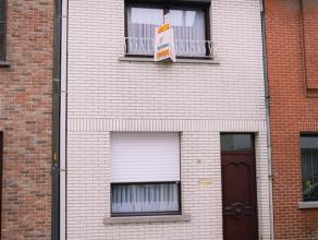 Veldstraat 90 te St-Niklaas. In het centrum gelegen te renoveren rijwoning met inkomhal, zit- en eetplaats, ingerichte keuken zonder toestellen, douch
