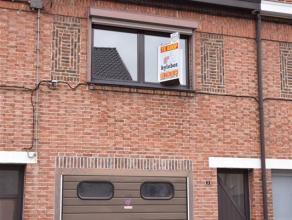 Koerspleinstraat 3 te Hamme. Te renoveren rijwoning met inkomhal, living, open ingerichte keuken (elektrisch kookvuur, dampkap en ijskast), badkamer m