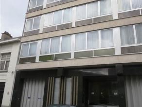 Lodewijk De Meesterstraat 28 bus 5 te Sint-Niklaas. In het centrum gelegen , zeer ruim appartement met inkomhal met ingemaakte kasten, zeer ruime livi