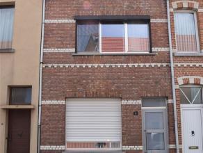 Aan de stadsrand gelegen te renoveren rijwoning met op het gelijkvloers een inkomhal, voorplaats, living en veranda, keuken, doucheplaats en zuidelijk