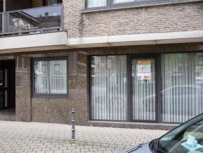 In het centrum gelegen gelijkvloers appartement met inkomhal, living, ruime eetplaats, ingerichte keuken met toestellen (elektrisch kookvuur, dampkap