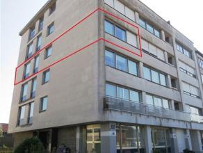 Instapklaar appartement in het centrum gelegen (5e verd) met inkomhal, ruime living, ingerichte keuken met nieuw geplaatste toestellen (kookvuur, damp
