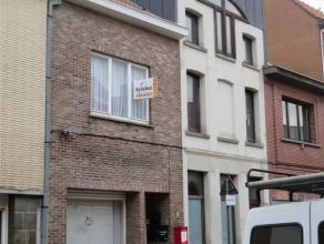 In het centrum gelegen duplex appartement met inkomhal, living , ingerichte keuken met toestellen (dampkap, elektrisch kookvuur, ijskast), 2 slaapkame