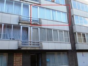 In het stadscentrum gelegen appartement op de tweede verdieping (lift aanwezig in het gebouw) met inkomhal, living, ingerichte keuken (elektrisch kook