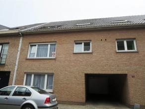 Zeer centraal gelegen instapklaar appartement (vlakbij station St-Niklaas) met gezellige living, aansluitend terras, ingerichte keuken met toestellen
