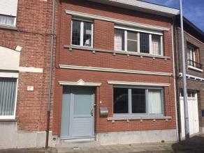 Rustig gelegen deels op te frissen woning te Grembergen. Deze solide gebouwde woning vlakbij het centrum van Dendermonde, gelegen aan de schelde met t