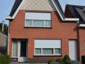 Prachtige moderne gerenoveerde halfopen bebouwing met zijpoortje naar zonnige ingerichte tuin en terras, en met autostaanplaats vooraan. Deze woning b