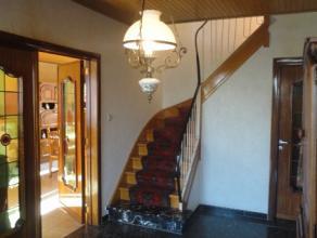 Deze te renoveren woning HEEFT HET ALLEMAAL: terras & tuin heeft een lichtrijke woonkamer, keuken, toilet en berging. Op de eerste verdieping tref
