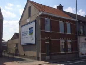 Aan de rand van Sint-Niklaas bieden wij u deze ruime HOB aan. Inkomhal, living met veranda. Aparte ingerichte keuken, berging-wasplaats, spender. Badk