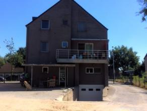 Recent gebouw op 1.099 m² ( woongebied ) bestaande uit kelder ( 150 m² ), gelijkvloerse toonzaal en burelen ( 150 m² ). Duplex app circ
