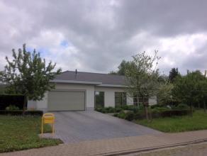 Aan de rand van Sint-Niklaas, in deze doodlopende straat, staat deze volledig gerenoveerde bungalow op circa 1.162 m² te huur. Ruime inkomhal, ap
