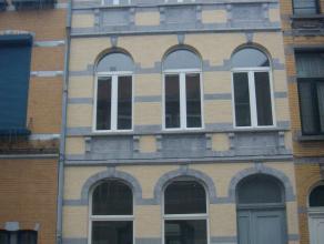 Mooi en instapklare herenwoning in centrum nabij station en scholengemeenschap. Ruime inkomhal, stijlvolle voorplaats van circa 40m² dienstdoend