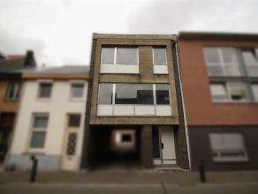 Ruime gezinswoning met grote tuin en atelier in centrum Sint-Niklaas. De gelijkvloerse verdieping omvat een inkomhal, een berging, een koer, een grote