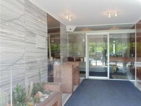Rustig ruim en volledig gerenoveerd appartement met prachtig panoramisch uitzicht! Het omvat een inkomhal met vestiairekast, een grote leefruimte, een