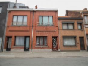 Gezellige gezinswoning in centrum Sint-Niklaas. De gelijkvloerse verdieping omvat een inkomhal met voorplaats, een leefruimte, een ingerichte keuken m