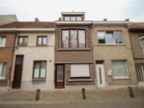 Zeer goed gelegen, te renoveren woning te centrum Sint-Niklaas. De gelijkvloerse verdieping omvat een inkomhal met voorplaats, een leefruimte, een keu