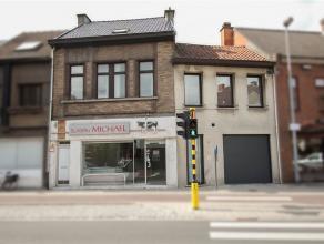 Ruime, instapklare woning met bijhorend handelspand te centrum Sint-Niklaas. De gelijkvloerse verdieping omvat een inkomhal, een garage met automatisc