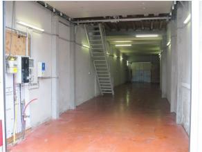 Goed geïsoleerd magazijn met automatische poort. Het is centraal gelegen in Sint-Niklaas nabij het station en heeft een oppervlakte van 4m op 23m