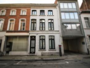 Ruime, instapklare herenwoning met authentieke elementen. De gelijkvloerse verdieping omvat een inkomhal met gastentoilet, een grote leefruimte met mo