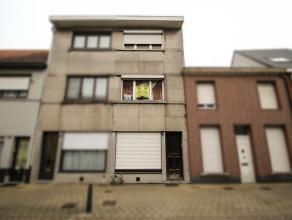 Gezinswoning in centrum Sint-Niklaas. De gelijkvloerse verdieping omvat een inkomhal met voorplaats, een leefruimte, een toilet, een keukenruimte en e
