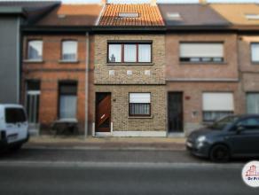 Gezellige gezinswoning in centrum Sint-Niklaas. De gelijkvloerse verdieping omvat een inkomhal met voorplaats, een leefruimte met zicht op de tuin, ee