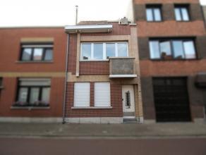 Gerenoveerde gezinswoning met 3 slaapkamers en tuin in centrum Sint-Niklaas. De gelijkvloerse verdieping omvat een inkomhal, een leefruimte, een nieuw