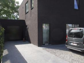Rustig gelegen nieuwbouwwoning met hall, WC, eetplaats, keuken, living, garage, nachthall, 4 slaapkamers, badkamer, tuin. EPC 114 kWh/m². Geen hu