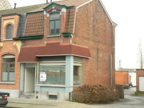 Instapklare huurwoning in Dendermonde nabij scholen en centrum. Living met keukenhoek ; terra ; op het verdiep een badkamer met douche en twee slaapka