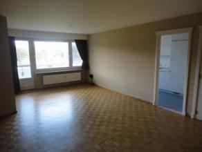 Dit mooie appartement van 95m² bevindt zich op de tweede verdieping en omvat een inkomhal met vestiaire, lichtrijke woonkamer, ingerichte keuken