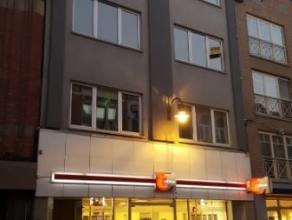 Dendermonde, Brusselsestraat 100A bus 2 (2e verdieping).<br /> In het centrum gelegen ruim appartement met 2 slaapkamers.<br /> Indeling:<br /> Inkom.