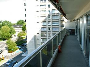 Dendermonde, Krijgshof I bus 38. (4e verdieping)Vlakbij het station gelegen ruim appartement met 2 slaapkamers.Indeling:Inkomhal met vestiaire. 2 slaa
