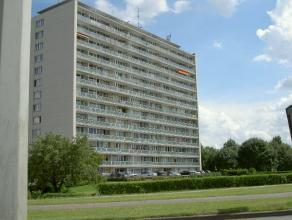 Dendermonde, LeopoldIIlaan 84 bus 14 (3e verdieping).Ruim appartement met 2 slaapkamers en groot terras.Indeling:Inkom. Woonkamer. Volledig ingerichte