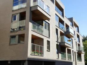 Dendermonde, Prudens Van Duysestraat 37 bus 4.Centraal gelegen ruim recent appartement met 2 slaapkamers en gezellig terras. Op 2e verdieping in gebou