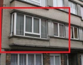 Dendermonde, Lodewijk Dosfelstraat 14 bus 4.Centraal gelegen appartement met 2 slaapkamers en klein terras.Indeling: Hal. Woonkamer aan de straatzijde