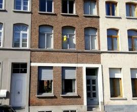 Dendermonde, LeopoldIIlaan 25.Centraal gelegen ruime gezinswoning, type herenhuis.Indeling:Inkomhal met trap naar boven en links de grote woonkamer me