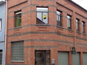 Dendermonde, Nijverheidsstraat 50.<br /> In het centrum van de stad gelegen ruime duplex met 2 slaapkamers én garage.<br /> Indeling:<br /> Ink