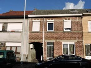Deels gerenoveerde woning nabij het centrum van Lebbeke. Op de gelijkvloerse verdieping vinden we een inkomhal, ruime woonkamer, slaapkamer en badkame