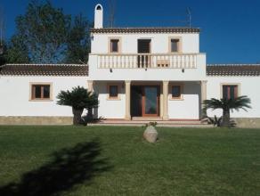 Deze prachtige villa ligt op een privé landgoed van 7318m² met zeezicht en zicht op Javea zelf. De villa bevat 4 slaapkamers, 3 badkamers,