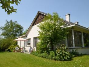 Landelijk gelegen woning met een bewoonbare oppervlakte van 170 m op een perceel van 1676 m. De raampartijen in de woonkamer zorgen voor veel lichtinv