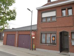 Halfopen woning met dubbele garage op een perceel van 235 m in het centrum van Bornem. De ruime woonkamer met ingebouwde & open keuken geeft zicht