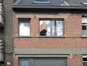 Te Lebbeke hebben we deze instapklare gerenoveerde woning. Op de gelijkvloerse verdieping heb je een woonkamer met volledig genstalleerde keuken, een