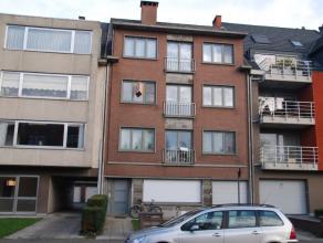 Op het tweede verdiep bevindt zich dit verzorgd appartement dichtbij het centrum van Dendermonde, openbaar vervoer en diverse invalswegen. Het omvat e