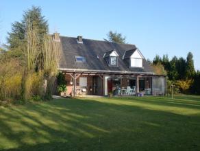 Landelijke woning met een bewoonbare oppervlakte 248 m² op een perceel van 1.856 m². Opvallend zijn de raampartijen m.n. in de veranda, die
