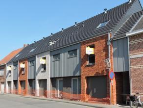 Gelegen te Sint Gillis Dendermonde verkopen wij deze nieuwbouwwoning voorzien van een inkomhal, ruime leefruimte met open keuken, berging, 3 slaapkame