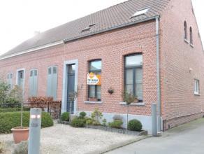 Deze comfortabele half open bebouwing, nabij het centrum van Hamme, is voorzien van een ruime garage en een gezellig terras. De woning heeft prachtige