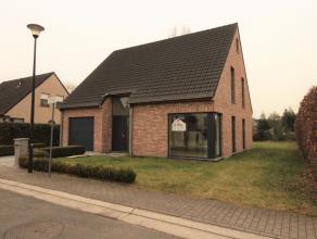 In een rustig straatje in Overschelde (Wetteren) bevindt zich deze alleenstaande woning met omliggende tuin. Een ruime inkomhal, apart toilet, een ope