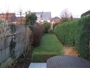 Vlakbij de markt van Wetteren bevindt zich deze gezellige rijwoning met grote tuin. De praktische woning herbergt een aparte eetkamer, een knusse woon
