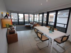 Dit prachtig duplex appartement in het hart van Wetteren is een aanrader voor wie van luxe en ruimte houdt! De eerste verdieping beschikt over een ink