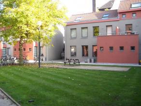 In een gezellige buurt nabij het Stapelpark in Gent bevindt zich deze knusse, recente rijwoning. Een inkomhal met apart toilet brengt u naar de eetkam
